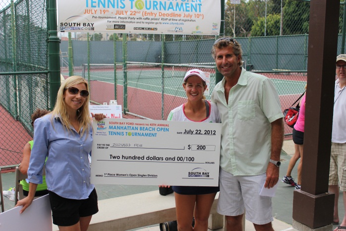 Jessica Vincent and Bennet Slusarz with Zsuzsanna Fodor Women's Open Singles Division Winner